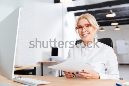 Portret mooie glimlachend zakenvrouw permanente werkplek Stockfoto © deandrobot