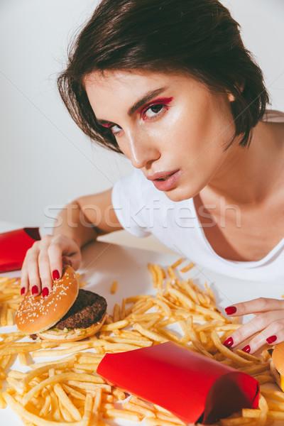 Vrouw vergadering tabel hamburger mooie Stockfoto © deandrobot
