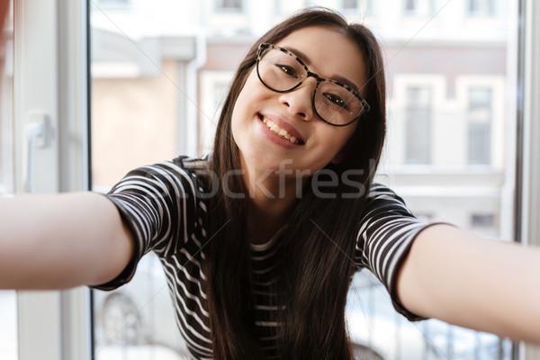 Glimlachend asian vrouw handen camera bril Stockfoto © deandrobot