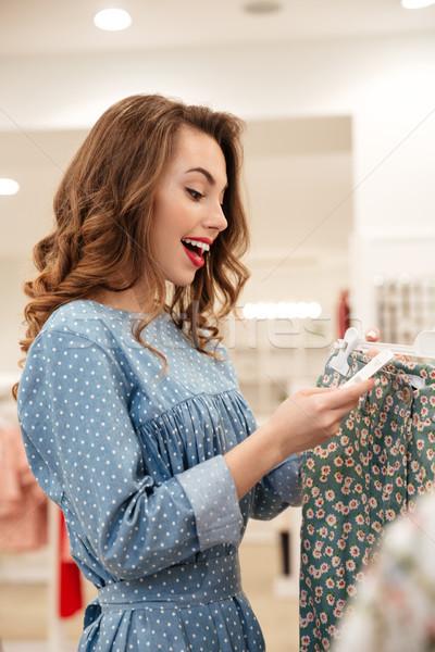 Szczęśliwy młodych pani stałego ubrania sklep Zdjęcia stock © deandrobot