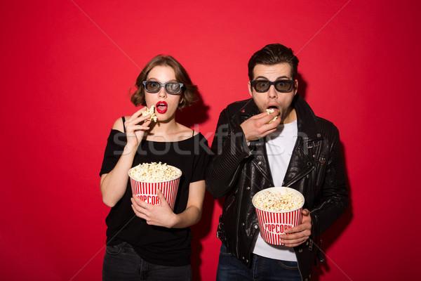 Meglepődött punk pár eszik pattogatott kukorica néz Stock fotó © deandrobot