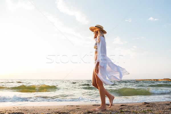 Piękna młodych hat spaceru plaży Zdjęcia stock © deandrobot