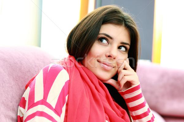 Közelkép fiatal boldog figyelmes nő felfelé néz Stock fotó © deandrobot