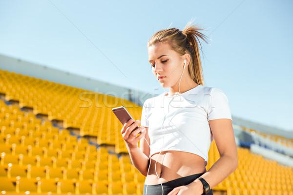 Mulher estádio retrato mulher jovem fones de ouvido Foto stock © deandrobot