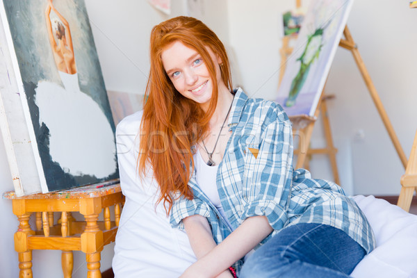 Atrakcyjny szczęśliwy kobieta posiedzenia biały sztuki Zdjęcia stock © deandrobot