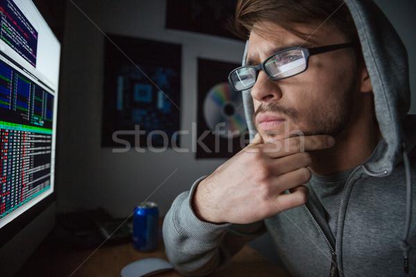 Töprengő férfi pulóver gondolkodik kódolás vonzó Stock fotó © deandrobot