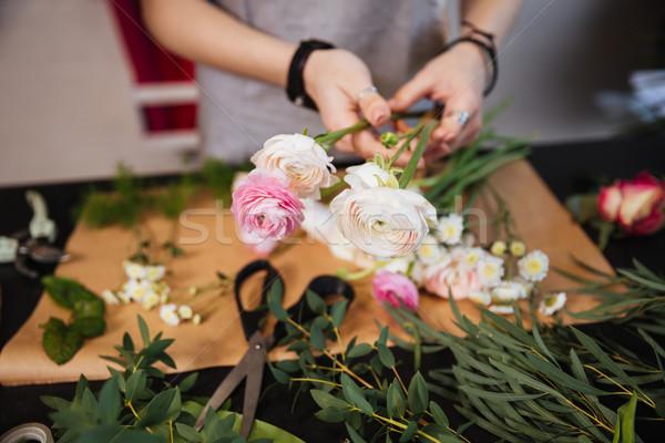 Mains femme fleuriste bouquet rose roses Photo stock © deandrobot