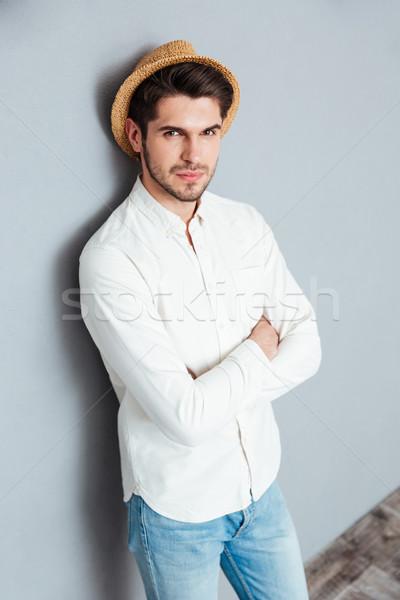 Portre yakışıklı genç ayakta silah katlanmış Stok fotoğraf © deandrobot