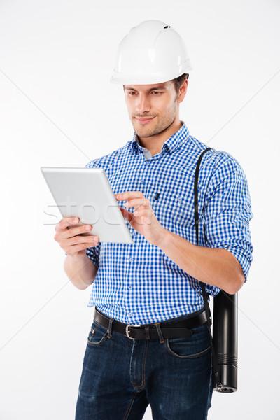 Férfi épület mérnök védősisak áll tabletta Stock fotó © deandrobot