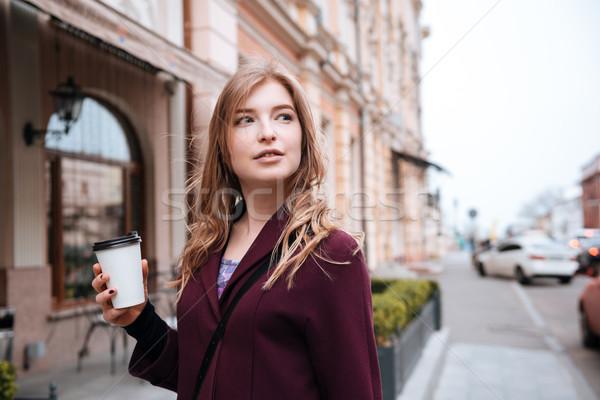 Pensativo mujer potable calle ciudad Foto stock © deandrobot