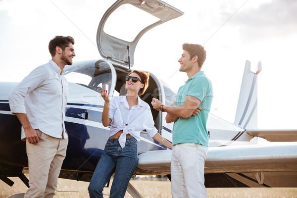 Stockfoto: Gelukkig · vrienden · permanente · praten · klein · vliegtuig