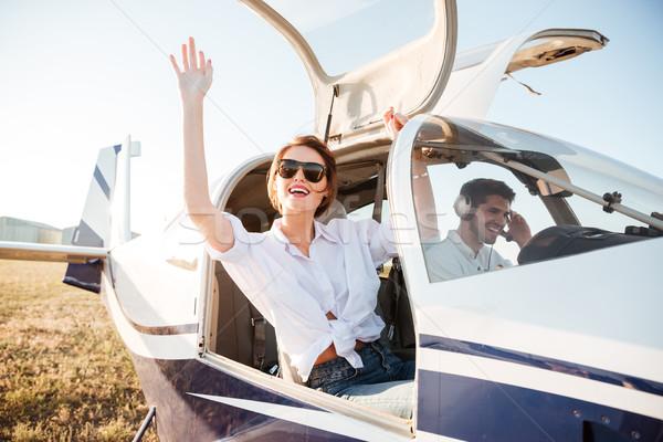 Mulher óculos de sol avião cabine aterrissagem Foto stock © deandrobot