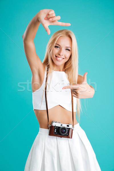 Portret młodych atrakcyjna kobieta retro kamery uśmiechnięty Zdjęcia stock © deandrobot