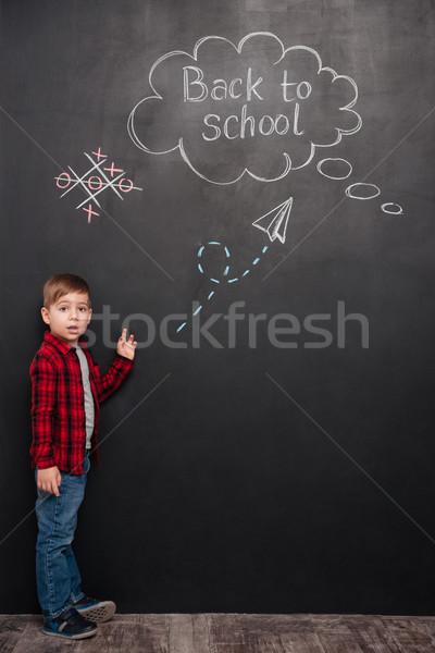 Stock fotó: Meglepődött · kicsi · iskolás · fiú · áll · tábla · rajz