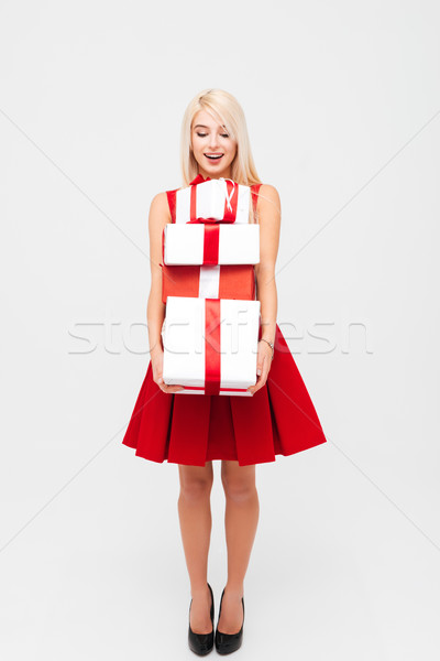 Mujer rubia vestido rojo pesado presente cajas Foto stock © deandrobot