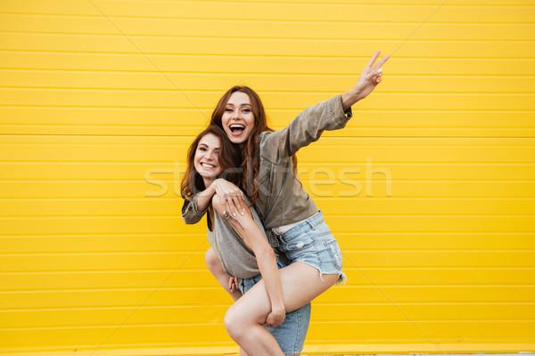 Сток-фото: два · молодые · улыбаясь · женщины · друзей · Постоянный