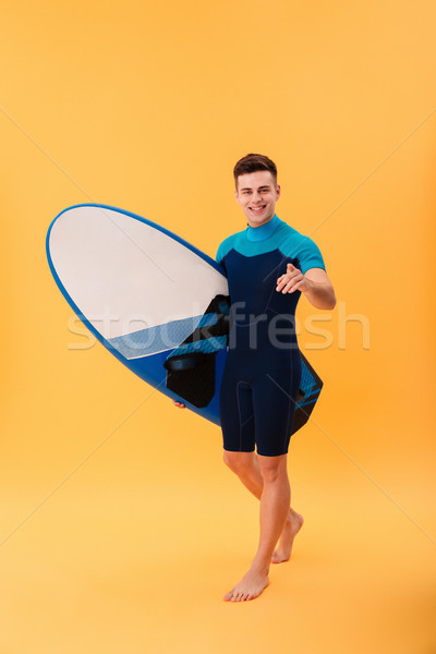 Teljes alakos kép mosolyog szörfös sétál szörfdeszka Stock fotó © deandrobot