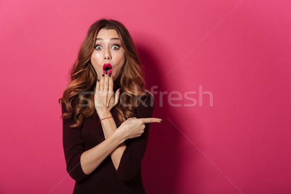 Pani stałego odizolowany różowy wskazując Zdjęcia stock © deandrobot