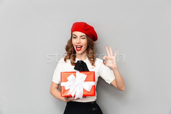 Portret mooie schoolmeisje uniform geschenkdoos Stockfoto © deandrobot