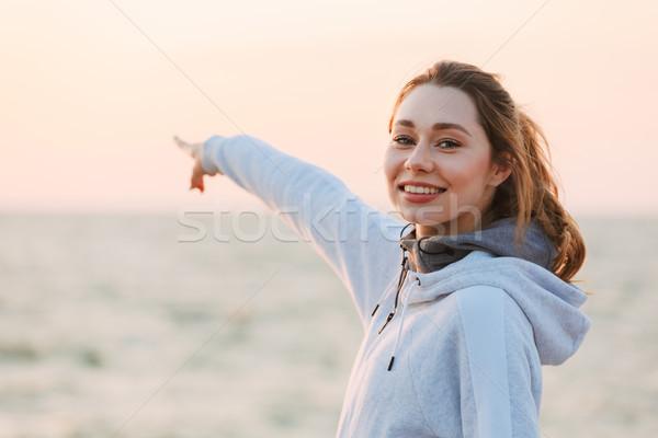 Sorridere giovane ragazza abbigliamento sportivo punta acqua piedi Foto d'archivio © deandrobot