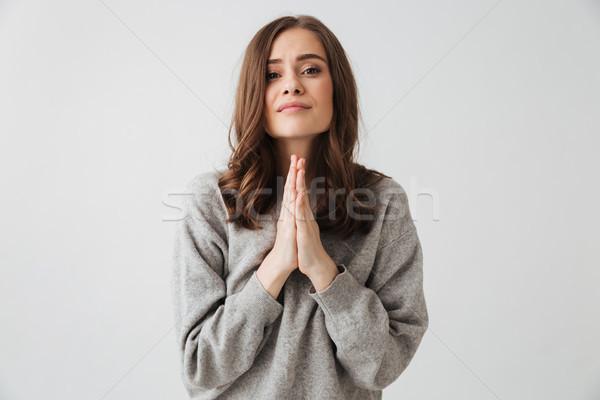 Geconcentreerde brunette vrouw trui bidden bidden Stockfoto © deandrobot