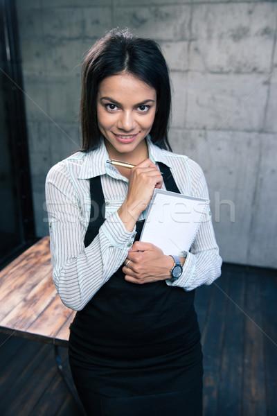 Sorridente belo feminino garçom avental em pé Foto stock © deandrobot