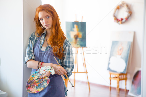 Figyelmes fiatal nő festő tart művészet paletta Stock fotó © deandrobot