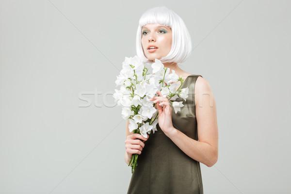 Töprengő gyönyörű fiatal nő virágcsokor virágok fehér Stock fotó © deandrobot