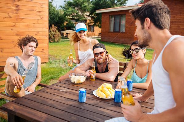 Sorridere giovani parlando bere birra esterna Foto d'archivio © deandrobot