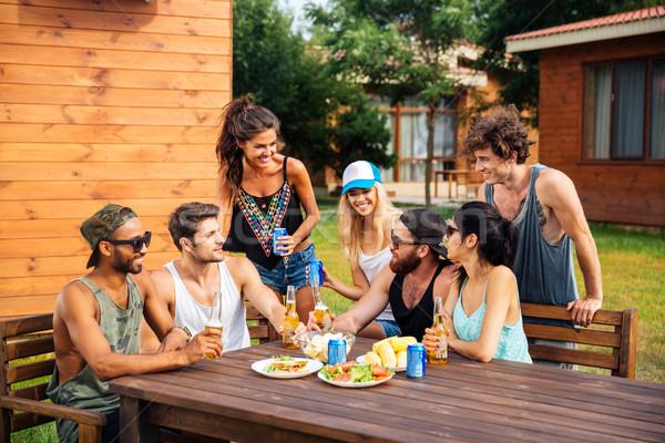 Csoport tini barátok iszik sör eszik Stock fotó © deandrobot