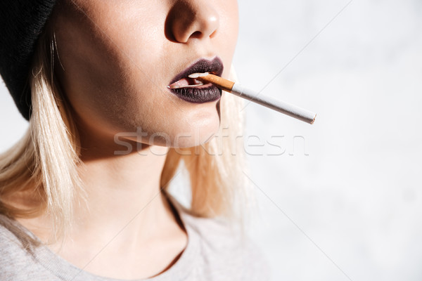 Foto stock: Atraente · mulher · jovem · fumador · cigarro · branco