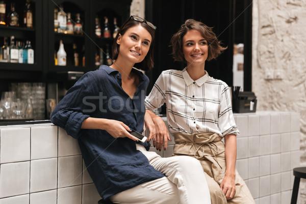 Twee mooie vrienden vergadering keurig bar Stockfoto © deandrobot