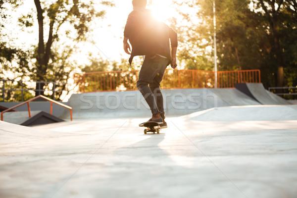 Fiatal afro amerikai gördeszkás korcsolyázás beton Stock fotó © deandrobot