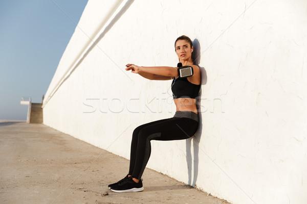 Koncentrált fiatal sportok nő hallgat zene Stock fotó © deandrobot