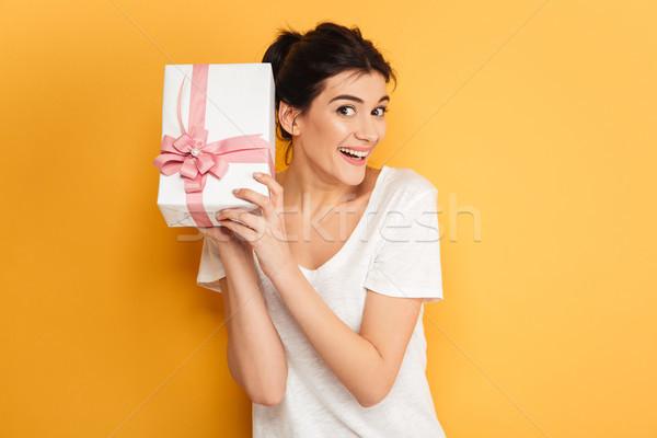 Fericit femeie surpriză cutie cadou prezenta Imagine de stoc © deandrobot