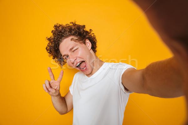 Pozitív fickó barna haj kiabál mutat béke Stock fotó © deandrobot