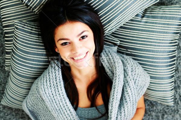 Portret młodych szczęśliwy kobieta piętrze poduszki Zdjęcia stock © deandrobot