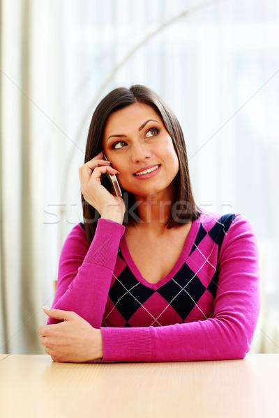 Сток-фото: молодые · улыбаясь · женщину · говорить · телефон