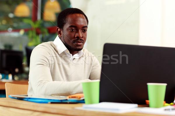 Сток-фото: афроамериканец · бизнесмен · рабочих · ноутбука · служба · интернет