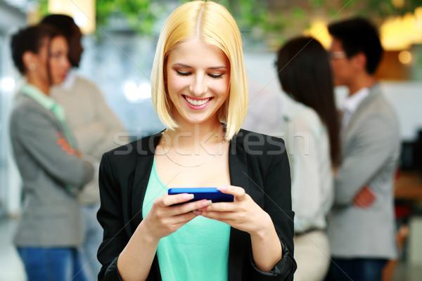 Сток-фото: счастливым · деловая · женщина · смартфон · коллеги · женщину · интернет