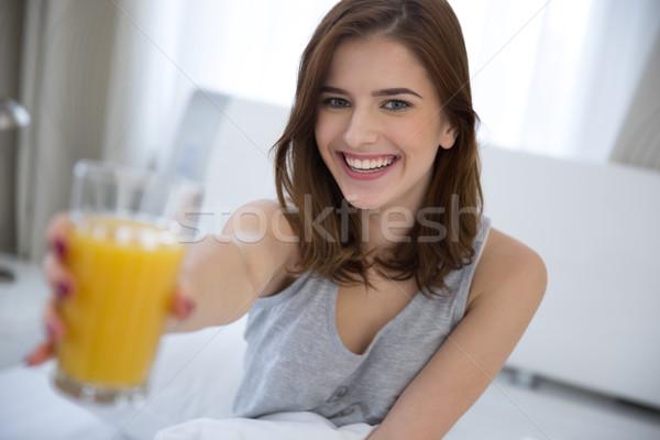 Glimlachende vrouw sinaasappelsap bed meisje gezicht Stockfoto © deandrobot