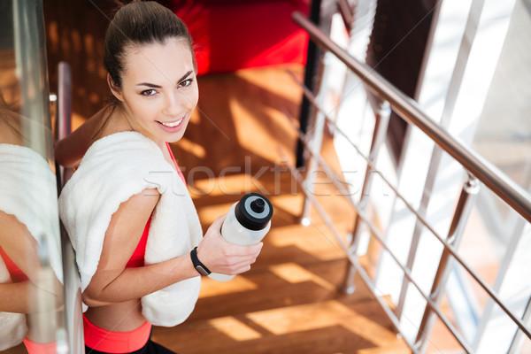 Schönen Sportlerin weiß Handtuch Trinkwasser Fitnessstudio Stock foto © deandrobot