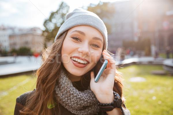 Mulher jovem casaco telefone ensolarado retrato Foto stock © deandrobot