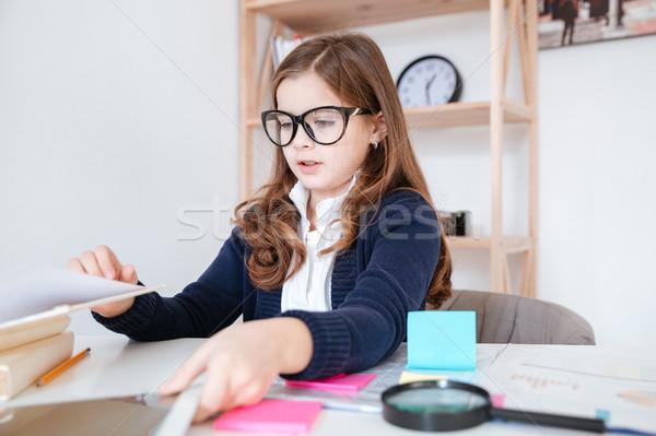Mooie meisje bril huiswerk tabel vergadering Stockfoto © deandrobot