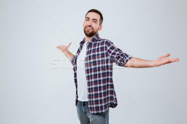 Gelukkig bebaarde man shirt naar camera Stockfoto © deandrobot