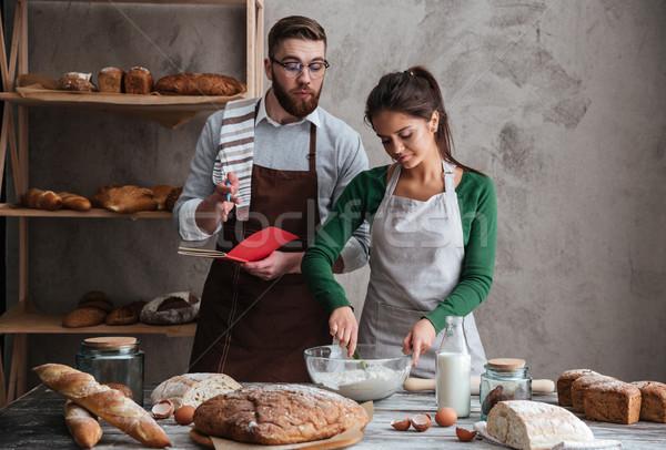 Mulher escuta receita pão cozinhar jovem Foto stock © deandrobot