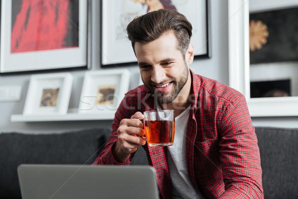 ストックフォト: 幸せ · 小さな · あごひげを生やした · 男 · ラップトップを使用して · コンピュータ