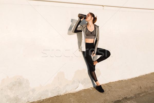 Fotografia młodych piękna kobieta sportu nosić woda pitna Zdjęcia stock © deandrobot
