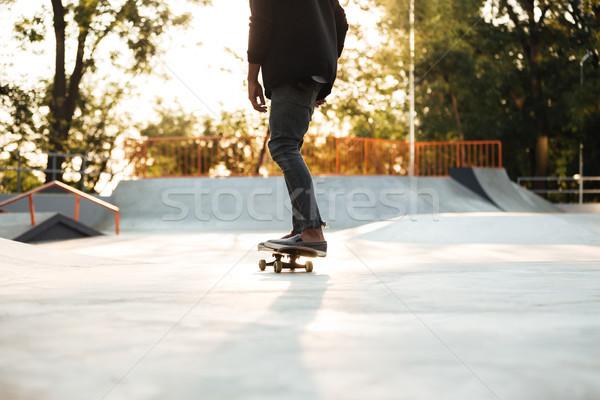 Jonge man skateboarder skateboard stad park zonsondergang Stockfoto © deandrobot