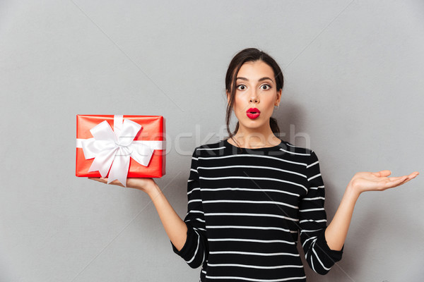 Retrato confundirse mujer caja de regalo espalda Foto stock © deandrobot